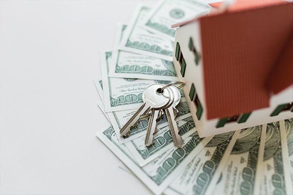 בית צעצוע עם מפתחות על שטרות דולרים